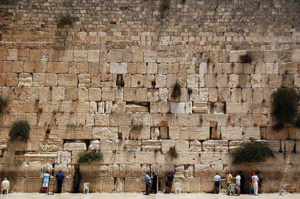Фото Стены Плача - главной святыни Иудаизма.