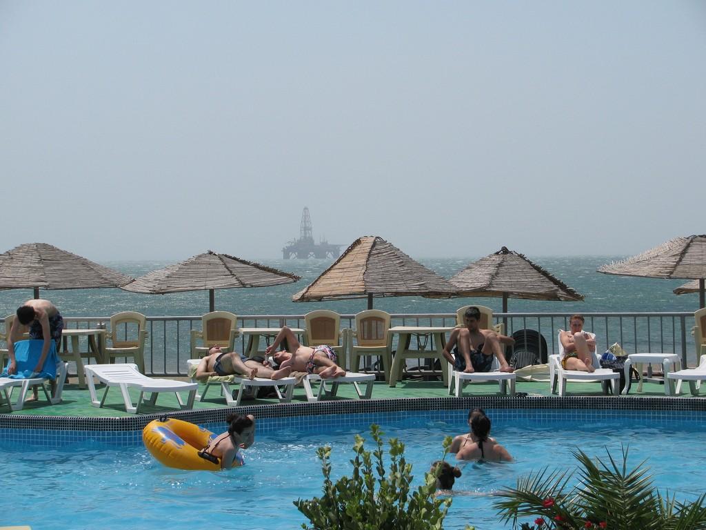 Фото аквапарка на пляже в окрестностях Баку