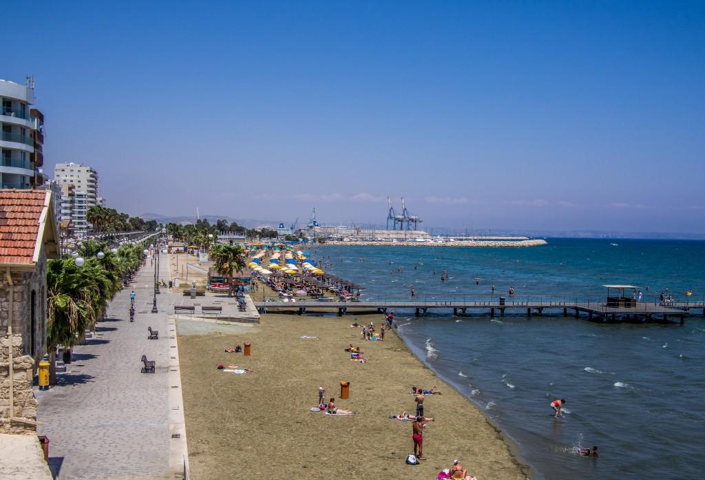 Фото пляжа Финикудес в Ларнаке. Автор: Sergey Galyonkin