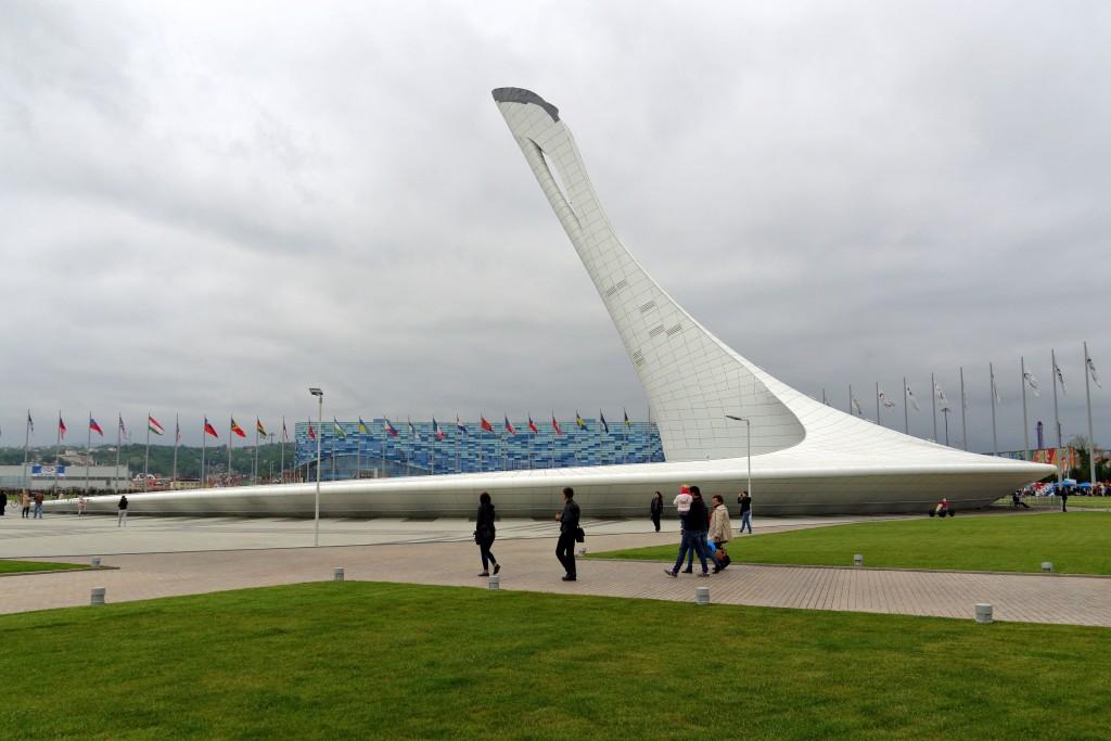 Фото чаши Олимпийского огня в Адлере