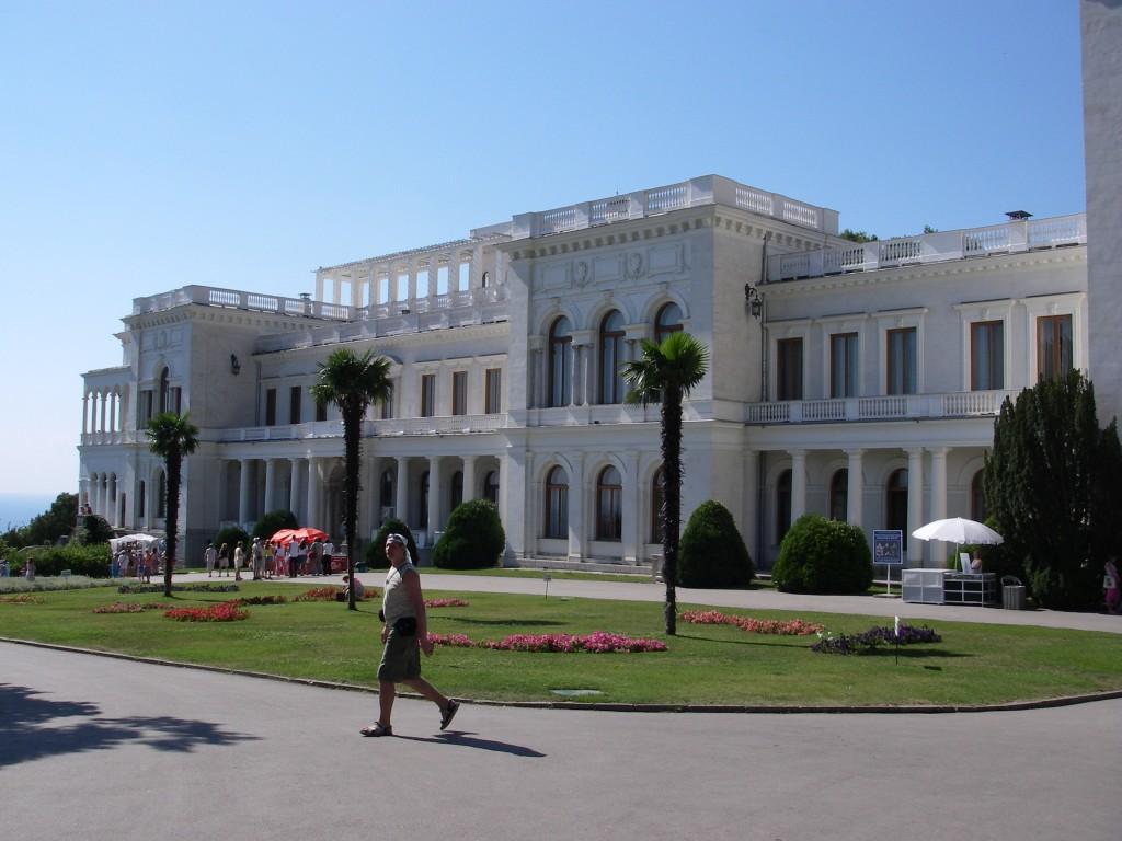 Фото Ливадийского дворца в Ялте.