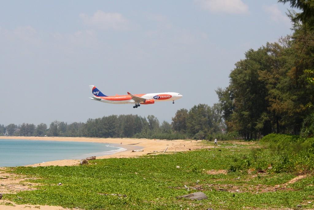 Фото самолета, приземляющегося на Пхукете