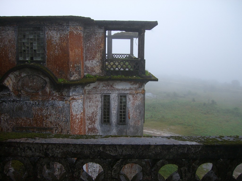 Фото заброшенного здания в Бокор Хилл