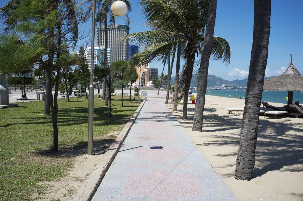 Фото набережной и городского пляжа в Нячанге