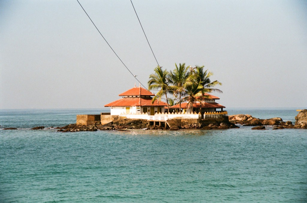 Фото храма Seenigama Vihara в Хиккадуве.