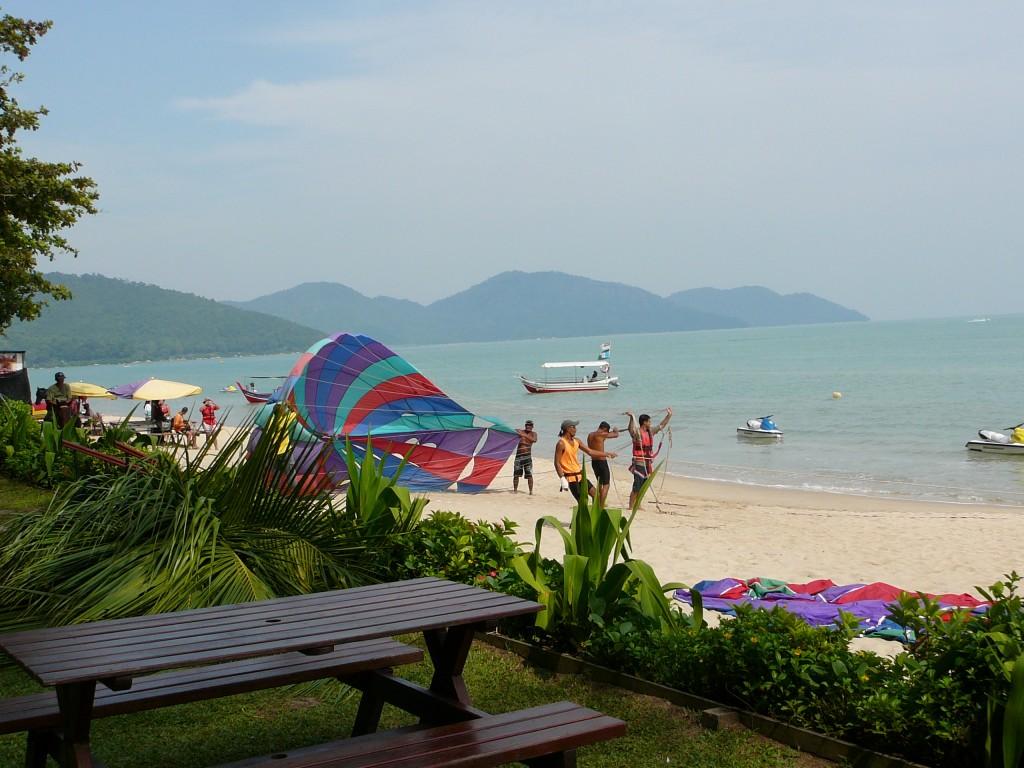 Фото пляжа Бату Ферринги на Пенанге.